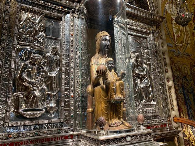 ケースの中の黒いマリア像「ラ・モレネータ」