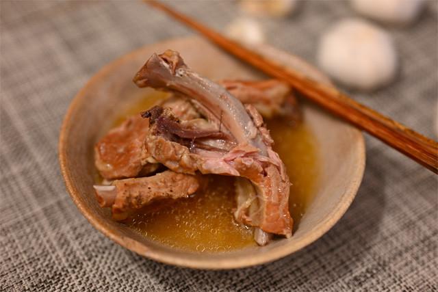 ちなみに圧力鍋で調理するとお肉が骨から解けるほどホロホロになって、ニンニクもほぼ溶けます(笑)! 圧力鍋だと煮込む時間はたったの5分