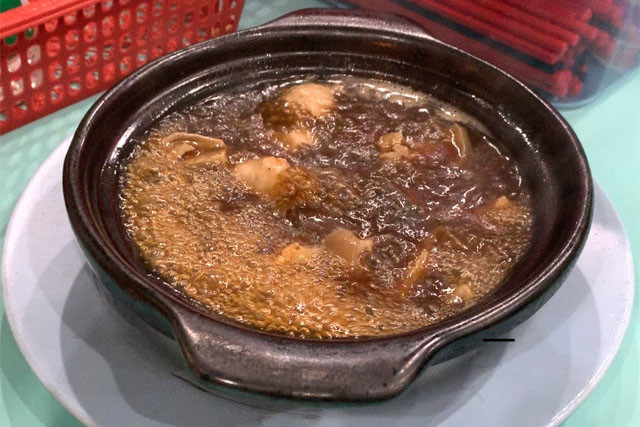 土鍋でグツグツと煮えたぎるマレーシア系バクテー