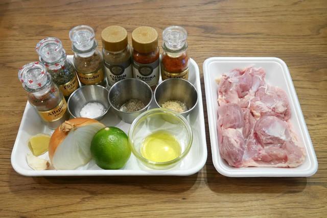 材料:(スパイス・左から)オールスパイス、タイム、コリアンダー、クミン、パプリカ、チリペッパー/塩、黒胡椒、砂糖/ニンニク、生姜、玉ねぎ、ライム、オリーブオイル/鶏肉