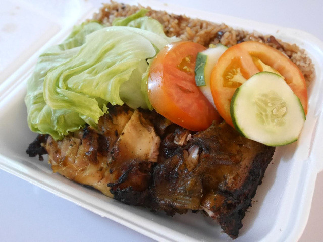 ジャマイカのソウルフード「ジャークチキン」。ライスと生野菜付きのランチボックススタイルが定番