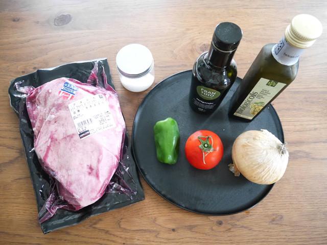 材料は肉と塩! お盆に乗っているのは添え付けソースの材料でピーマン、トマト、玉ねぎとオリーブオイルにホワイトビネガー(画像にないけど塩胡椒も!)