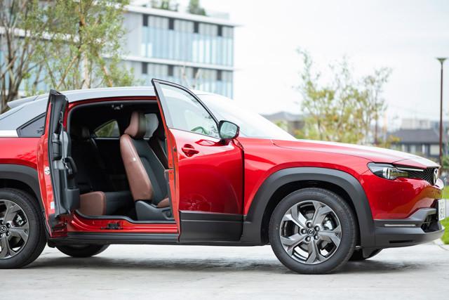 EVモデルのベースはコチラ! マツダ「MX‐30」。日本ではマイルドハイブリッドモデルが先行発売された。見れば誰もがうなる個性派SUV。デザインテーマは「ヒューマンモダン」価格 242万~339万3500円、発売 2020年10月