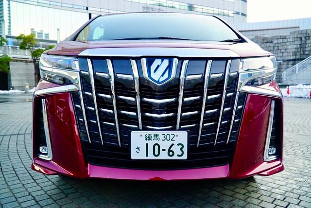 【オラつき第1位】トヨタ「アルファード」価格 352万~775万2000円、目標値引き額 30万円、リセールバリュー A+、ランクボディサイズ 全長4945㎜×全幅1850㎜×全高1935㎜、発売 2020年1月(一部改良)「マジな話、オラつき度はミニバンというか、日本車のなかで最強。甲冑フェイスは本当にド迫力。運転席の見晴らしの良さは偉くなった感アリ」(小沢)