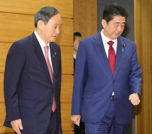7年間にわたり安倍首相(右)を支え続ける菅官房長官(左)。9月の内閣改造で自身が押し込んだ閣僚の連続辞任で大ピンチ到来