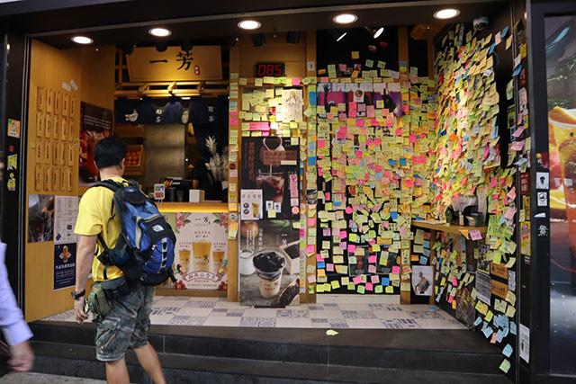 デモ参加者のメッセージが書かれた大量の付箋で作る「レノン・ウォール」(右側)があるタピオカ店