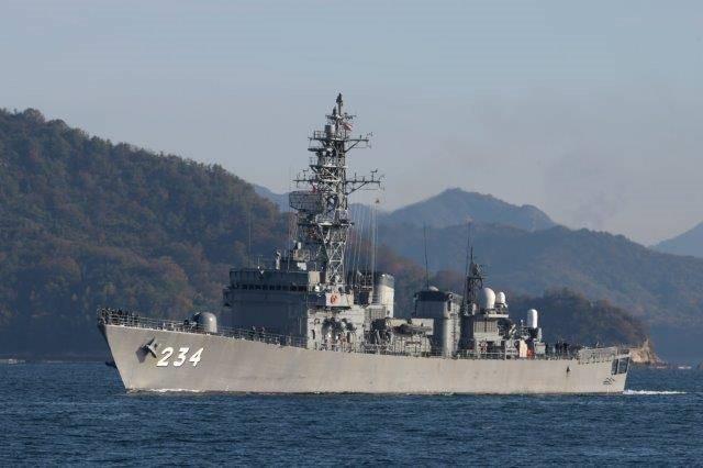 FFM2くまのと交代で、順次退役する、あぶくま型護衛艦とねDE234。その艦影は、レーダーに派手に反射する形をしているのが分かる