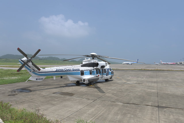 横浜を母港とする7000t級の大型巡視船「あきつしま」に搭載のEC225大型ヘリコプターも石垣空港に駐機
