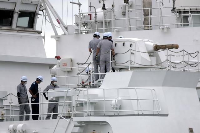 巡視船は帰港するとすぐ整備に入り、準備が整い次第また出撃する(写真は「ざんぱ」の20㎜多銃身機関砲の点検)