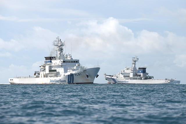 8月21日朝、尖閣から引き揚げてきた「あぐに」(右)と、まさにこれから出撃する「たけとみ」(左)が石垣島西岸海域ですれ違う
