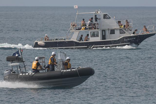 14日、出港を翌日に控えた巡視船「ながやま」の乗員(手前)が搭載ボートで訓練