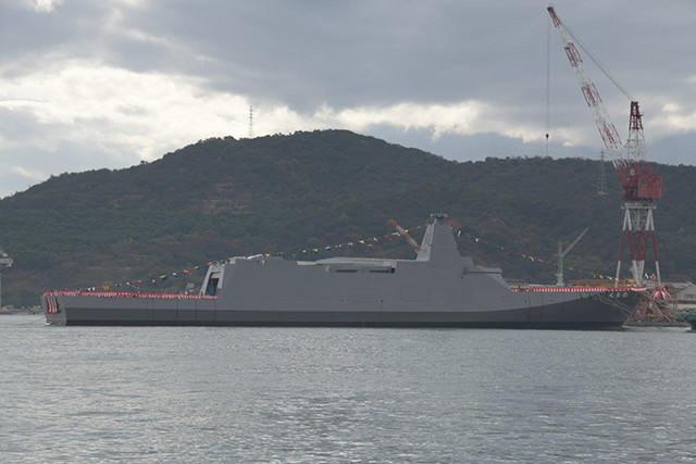 直角に交わるシルエットは皆無。魚雷発射管と対艦ミサイルは艦内に格納される