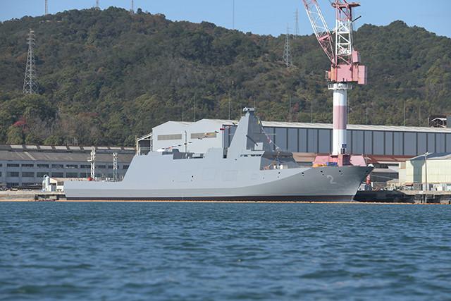 右舷船首付近に、一桁の艦番号「2」が見える