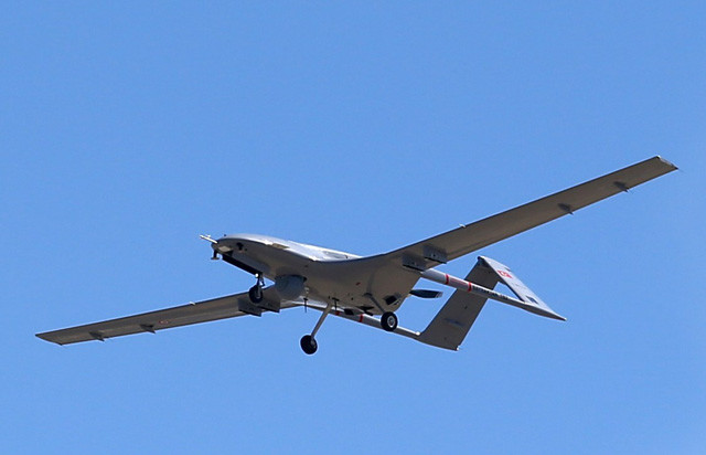 空対地ミサイルを2発搭載できるトルコ製の大型無人機TB-2。アゼルバイジャン軍による無人機戦術の「真打ち」として登場した
