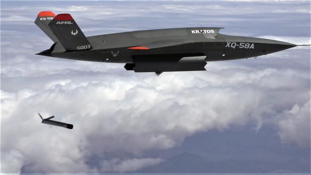 米空軍が開発中の自律型戦闘無人機「XQ-58A バルキュリー」。空戦の主力ではなく、有人戦闘機と無人機が連動して作戦を行なう際のバックアップ任務が想定されているようだ