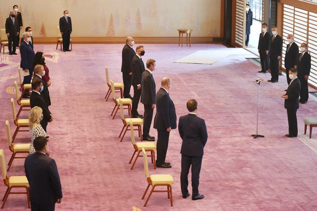 開会式前に天皇陛下(右)と面会する各国首脳ら12人。本来ならここに100ヵ国近くの首脳が集まる予定だった