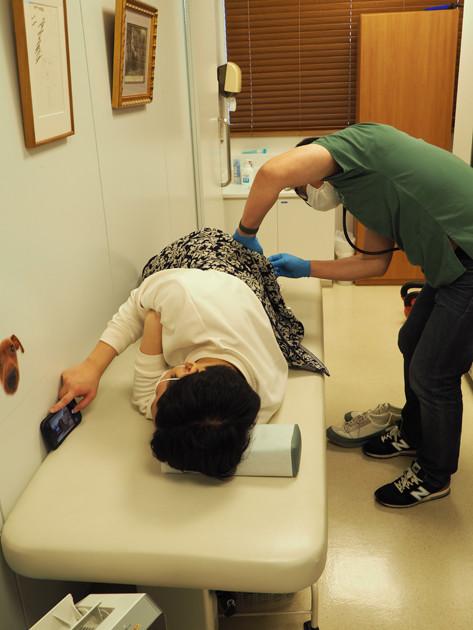 一般的なものより長く大きい綿棒を挿入し、10秒ほど回転させて便を採取する。被験者が横向きに寝る「シムス体位」は直腸診察時の正常位だ