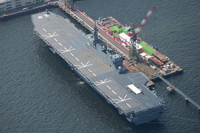 JMU横浜では空母いずもが塗装中。はぐろと同じく、甲板に低視認性塗装が施される予定だ