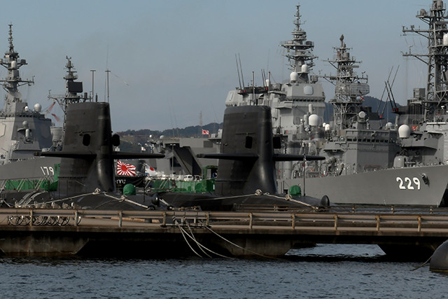 呉基地に集合した海自の主力艦。手前の潜水艦2隻が、そうりゅう型しょうりゅう(左)、そうりゅう型おうりゅう(右)。後方左の艦番号179が最新鋭イージス艦まや。おうりゅうの右上にマストが見えるのが、将来F35Bを搭載する空母いずも型かが。写真右の艦番号229が、FFMに移行する旧型艦のあぶくま型護衛艦あぶくま。もしここにFFM2くまのがいれば、尖閣有事の際に出撃する海自艦隊の全艦艇となる