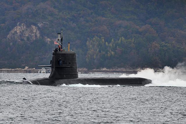 艦名を出さないそうりゅう型潜水艦が出港していく(瀬戸内海・呉基地にて)