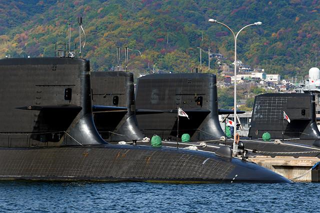 呉基地に出動待機する最新鋭X型舵が特徴的なそうりゅう型潜水艦。AIP式で長期の潜水行動が可能。左から三番目がリチウムイオン電池搭載の11番艦おうりゅう