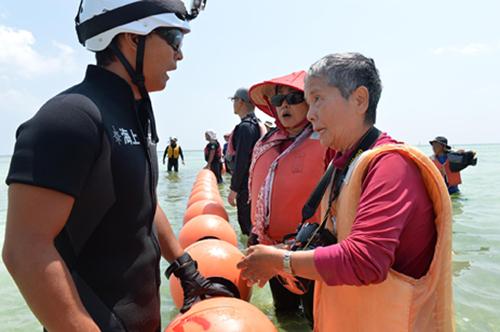辺野古新基地建設現場の海で、海保隊員に「私は『集団自決の生き残りだ、もう二度と戦争はイヤだ」と訴える宮里洋子さん