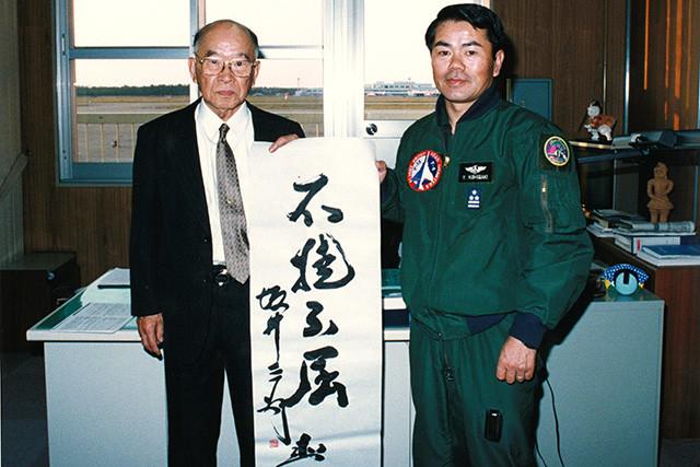 大空のサムライ坂井三郎氏(左)と西垣義治氏(西垣義治氏提供)
