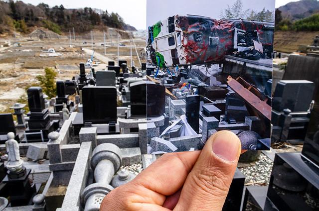 宮城県牡鹿(おしか)郡女川町(おながわちょう)女川駅前の墓地にて。震災直後の現地の写真と現在の写真を重ね合わせ、被災地の変遷を辿る八尋の活動も今年で9年目を迎える(2012年の写真)