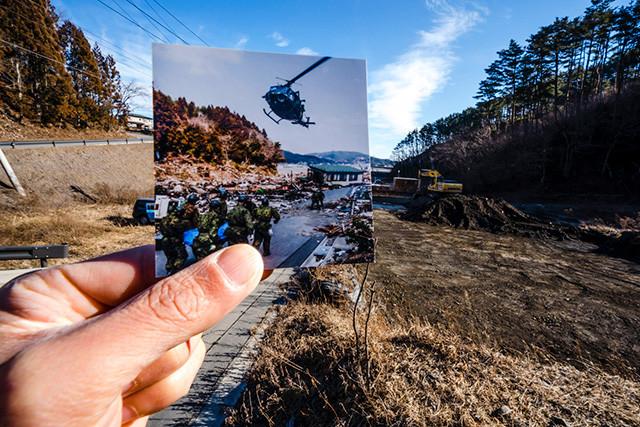 同場所の2020年。震災直後は自衛隊のヘリの到着場所になっており、ブルーシートにくるまれた遺体が次々と搬送されていった。2020年現在では側面の山に新たな道路も開通し、建築資材置き場として利用されている