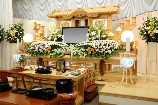遺族も濃厚接触者である可能性が高く、葬儀を自粛せざるをえない場合も多いという。※写真はイメージです