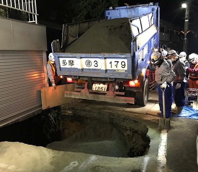 陥没により地下5mまでポッカリ開いた穴のサイズは地上で1.5×3m、地下では5×6mほど。その後、付近2ヵ所で巨大な地下空洞も発見された
