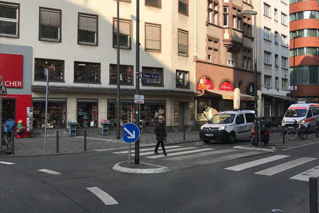 ドイツでは信号のない横断歩道に歩行者がいるとクルマは停止。日本は8割が止まらない