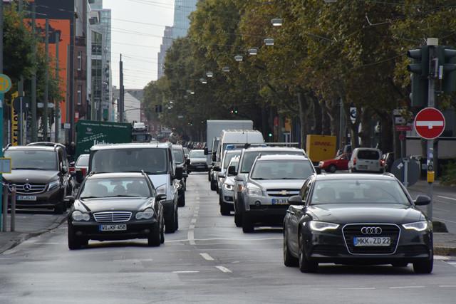 市街地では50キロや30キロの速度規制を守り、無理な割り込みもほとんどないドイツ