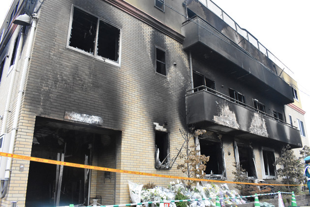 火災2日後の2019年7月20日、花が供えられた京都アニメーション第1スタジオ。この日、上田は青葉容疑者を近畿大学病院へ搬送している