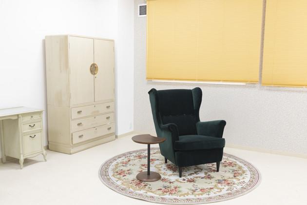 処置室入り口付近には、故人が休めるようにとの思いを込めたソファが置いてある