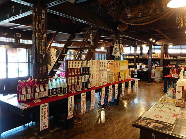 武甲酒造の商品がずらりと並ぶ蔵の中。秩父土産にもうってつけだろう