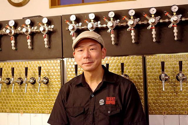 まほろバルのオーナー、秩父市出身の坪内純二さん。この地域でクラフトビールを盛り上げようと頑張っている