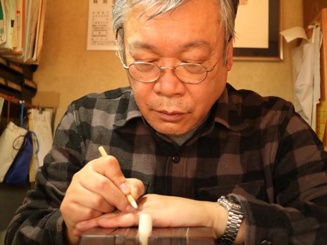 ハンコの聖地である山梨県・六郷町でハンコ作りを続ける、六郷印章業連合組合・組合長の小林成仁氏