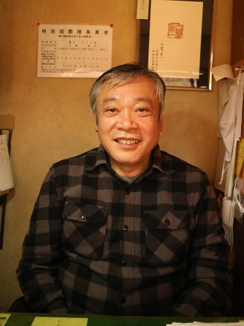 六郷印章業連合組合・組合長 小林成仁(こばやし・しげひと)氏。22歳で父・雪山氏に弟子入りし、印鑑職人の道へ進む。工房「対岳堂印房」を父から継ぎ、現在も職人としてハンコを作っている