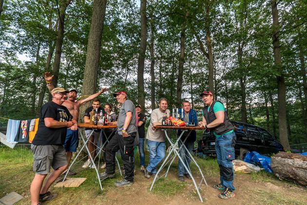 ニュル24時間レースは、ドイツのモータースポーツファンにとって年に一度のお祭り。仲間とビールを飲みながらのんびりレースを楽しむ
