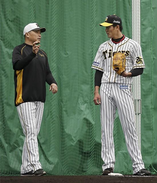 春季キャンプで山本昌臨時コーチ(左)の指導に耳を傾ける藤浪(右)。取り組みの結果、抜け球は減っているというが......