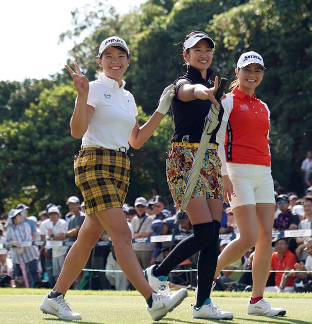 昨年にブレイクした(左から)渋野日向子、原 英莉花、新垣比菜ら1998年度生まれの黄金世代の選手たち。彼女たちが日本女子ゴルフの人気を牽引しているが......