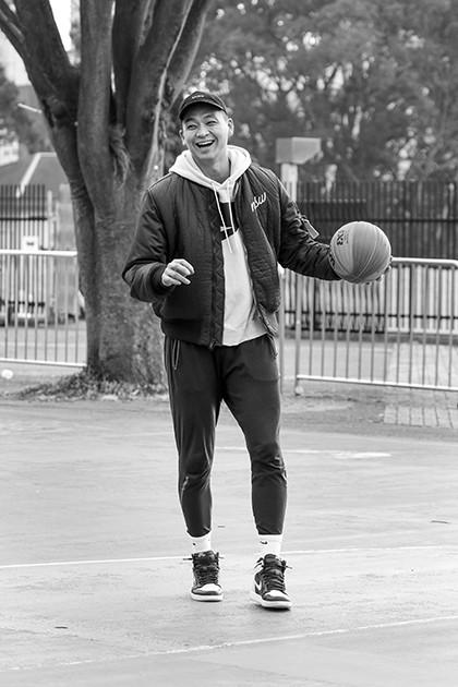撮影で訪れた東京・代々木公園のコートで軽やかなドリブルやシュートを披露。体育館バスケに疑問を感じていた落合にとって、ストリートはバスケの楽しさを再確認させてくれた場所だ