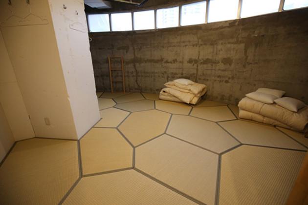 「ヴォロノイ畳」がきれいに敷きつめられた福岡・北九州のデザインホテル「タンガテーブル」の部屋。畳の製作には3Dスキャンが使われ、現地には一度も行かずに完成したという