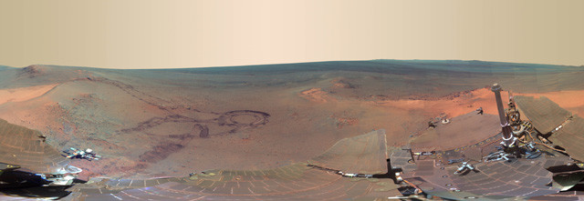 火星探査車「オポチュニティ」が撮影した火星表面の360度パノラマ写真。地球の生命の起源は火星にあるのかもしれない